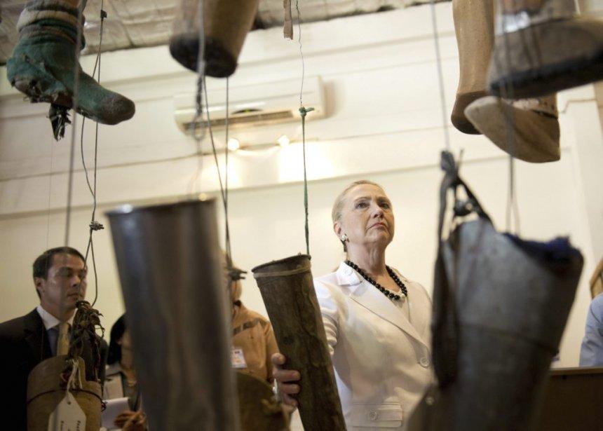 La secrétaire d'État américaine Hillary Clinton visite le Cooperative Orthotic Prosthetic Enterprise Center (COPE), qui fournit gratuitement des prothèses, notamment aux victimes de la guerre. | 11 juillet 2012