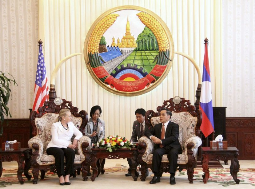 La secrétaire d'État américaine Hillary Clinton discute avec le premier ministre du Laos Thongsing Thammavong à Vientiane. | 11 juillet 2012