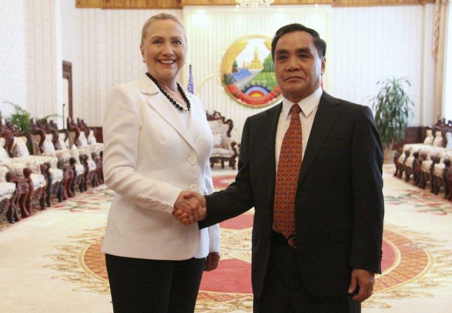 La secrétaire d'État américaine Hillary Clinton serre la main du premier ministre du Laos Thongsing Thammavong à Vientiane. | 11 juillet 2012