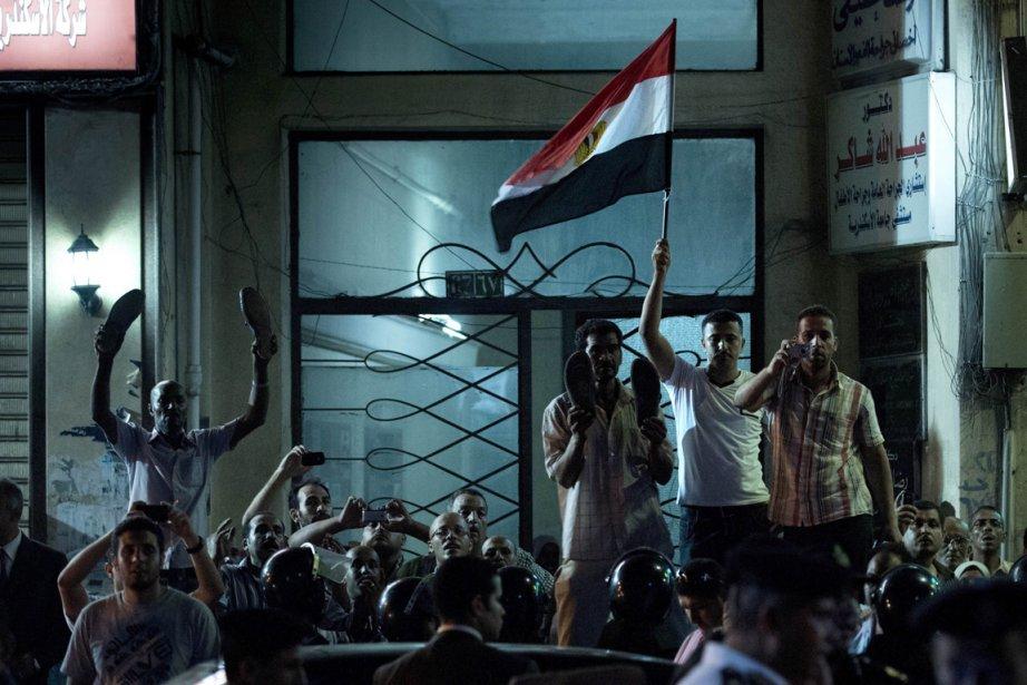 Des manifestants ont constitué un comité d'accueil inamical... (Photo Brendan SMIALOWSKI, AFP)
