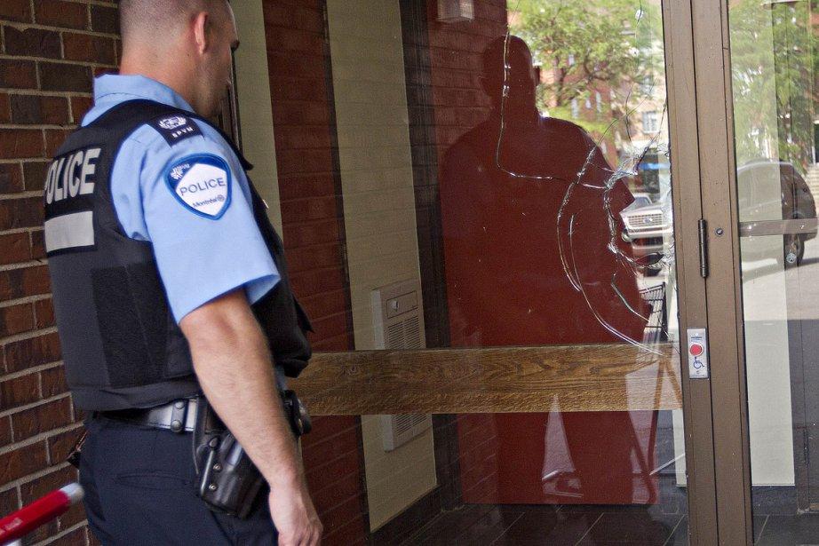 Les policiers tentent d'obtenir des informations sur le... (Photo: Patrick Sanfaçon, La Presse)