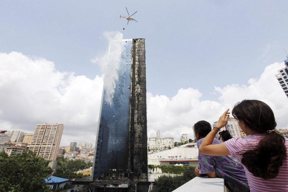 Le sinistre qui a ravagé le Polat Tower... (PHOTO OSMAN ORSAL, REUTERS)