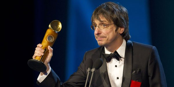 Philippe Falardeau est allé cueillir le trophée du... (Robert Skinner, La Presse)