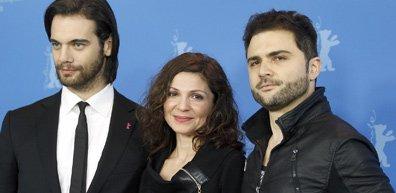 Les acteurs Theo Alexander, Tamila Koulieva et le... (Photo AP)