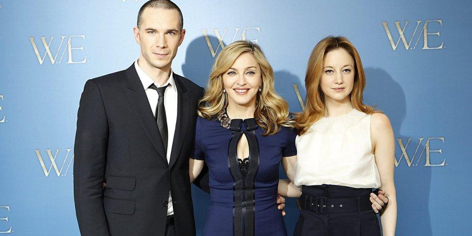 Madonna pose pour les photographes en compagnie des... (Joel Ryan, AP)