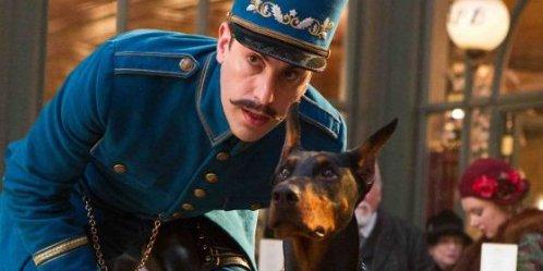 Sacha Baron Cohen accompagné du chien Blackie dans... (Paramount)