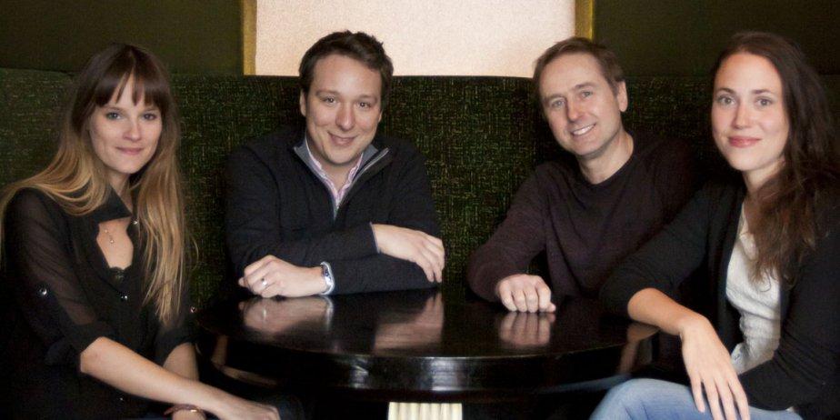 Le réalisateur Gabriel Pelletier entouré des acteurs de... (Nino Pednault, La Presse)