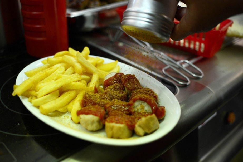 Une saucisse au curry accompagnée de frites, dans... (Photo Johannes Eisele, AFP)