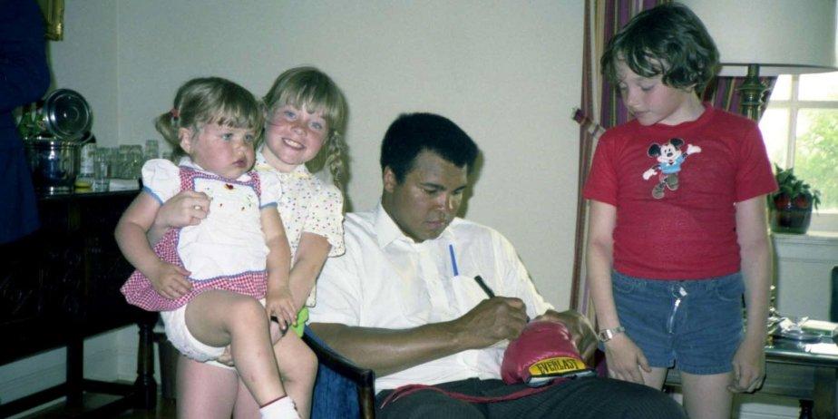 Muhammad Ali signant des autographes dans une famille... (fournie par la production)