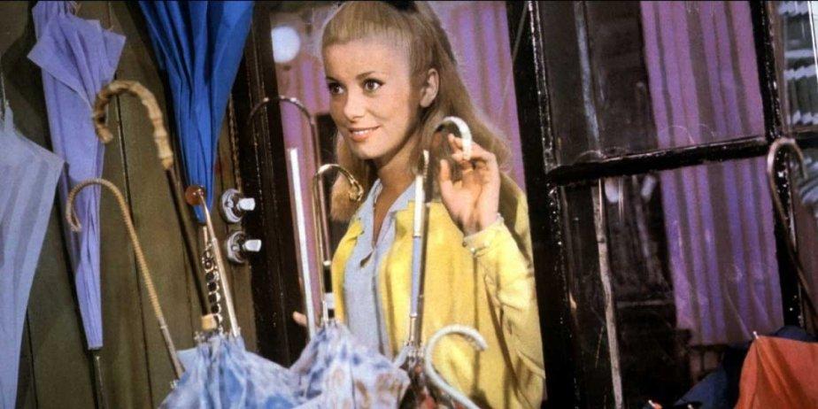 Catherine Deneuve dans Les parapluies de Cherbourg.... (extraite du site toutlecine.com)