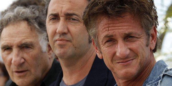 Le réalisateur italien Paolo Sorrentino, entouré de deux... (François Guillot, AFP)