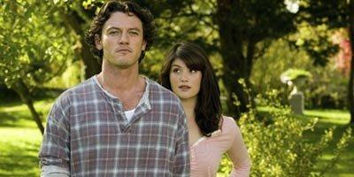 Luke Evans et Gemma Arterton dans Tamara Drewe.... (AP)