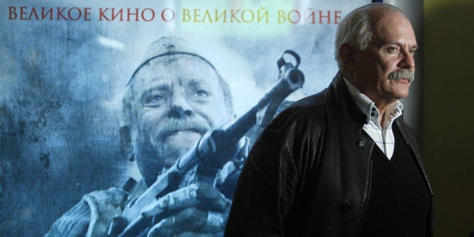 Le réalisateur Nikita Mikhalkov pose devant l'affiche de...