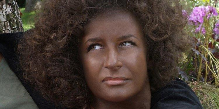 Même avec la peau noire et une coupe afro, Valérie Lemercier ne passe... (Pathé)