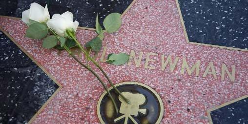 Des fleurs ont été déposées sur «l'étoile» de... (AP)
