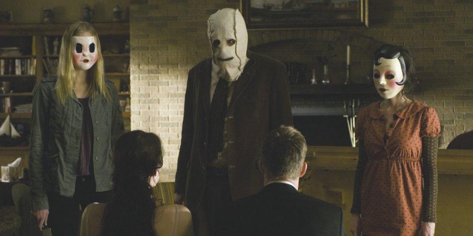 Un homme et une femme dans une maison. Trois étrangers masqués à... (Alliance)