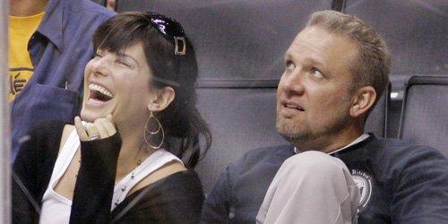 Sandra Bullock et Jesse James.... (AP)