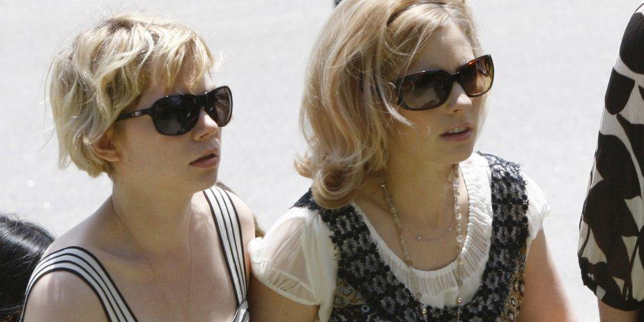 L'ex-fiancée de Heath Ledger, Michelle Williams (gauche), accompagne... (AP)