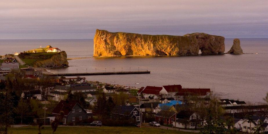 La ville de Percé, en Gaspésie, et son rocher... (Armand Trottier, La Presse)