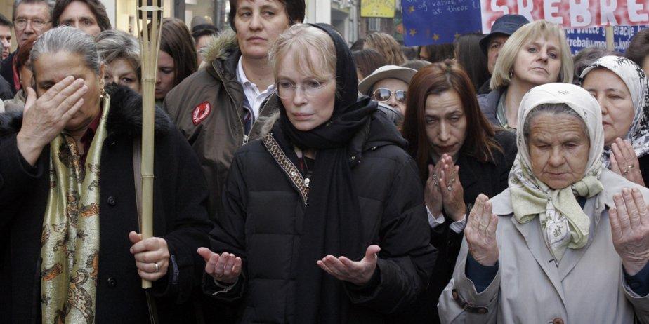 Mia Farrow (au centre) et des survivants de... (AP)
