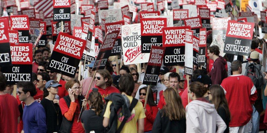 Brandissant des pancartes, les manifestants ont bloqué une... (AP)