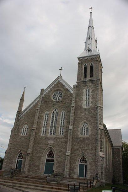Église Saint-François-de-salle. Construite en 1896, sur un terrain qui avait été donné par Philemon Wright. C'est devant cette église que Lady Aberdeen a été sauvée des eaux glacées de la rivière des Outaouais par trois paroissiens. | 18 juillet 2012
