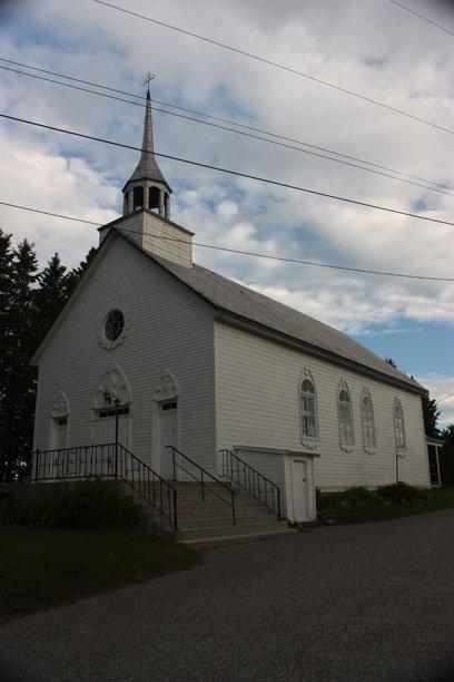 Église Sainte-Elisabeth à Cantley. Construction: 1871, la cinquième plus vieille église catholique de l'Outaouais. Vitraux de 1872. L'intérieur est entièrement recouvert de bois. Aucun changement majeur n'a été fait. Monument cité historique. | 18 juillet 2012