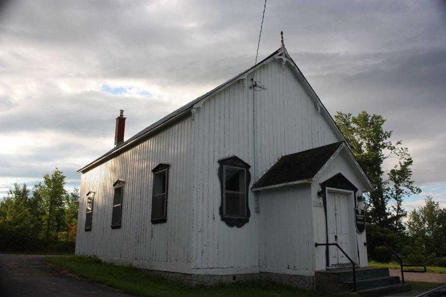 Église St-Andrew. Construction: 1876. Le bois y est dominant, tant dans les boiseries que dans le mobilier liturgique, le plancher et le revêtement extérieur. | 18 juillet 2012