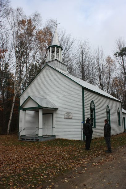 Chapelle catholique Sainte-Thrésésa-of-a-little-flower. Construction: 1859. Un des derniers bâtiment construit par la Compagnie de la Baie-d'Hudson à être encore debout. Une des dernières églises complètement en bois au Québec. | 18 juillet 2012