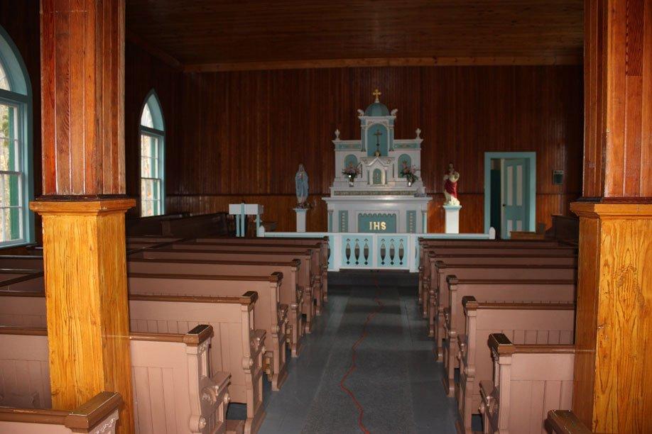 Chapelle catholique Sainte-Thrésésa-of-a-little-flower. Construction : 1859. Un des derniers bâtiment construit par la Compagnie de la Baie-d'Hudson à être encore debout. Une des dernières églises complètement en bois au Québec. | 18 juillet 2012