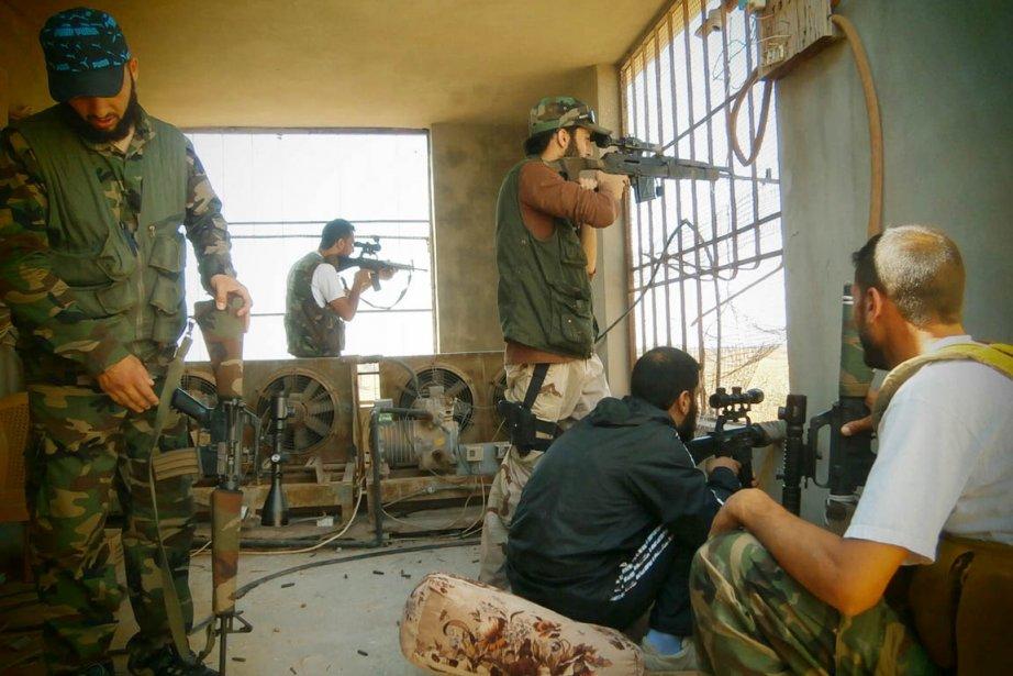 Des combattants de l'ASL ouvrent le feu depuis... (PHOTO ARCHIVES AFP)