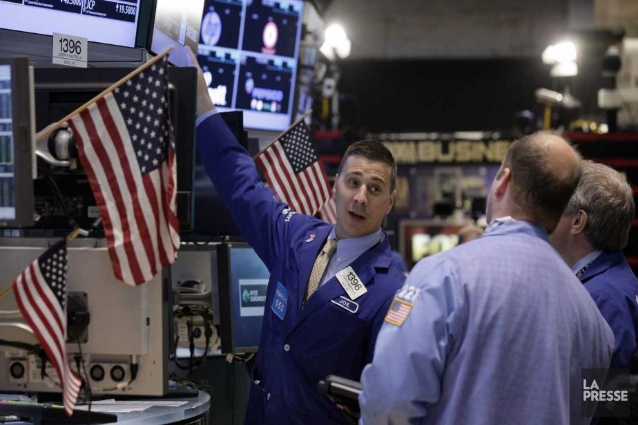 Vers 9h45, l'indice Dow Jones Industrial Average lâchait... (PHOTO RICHARD DREW, AP)