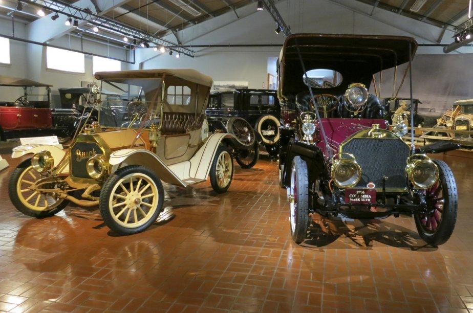 Une Buick (à gauche) et une Columbia du début du siècle dernier. (Photo Éric Descarries, collaboration spéciale)