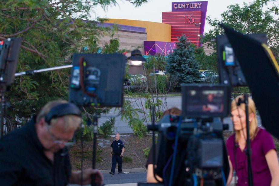 Au lendemain des événements, des journalistes étaient attroupés près du cinéma où s'est déroulée la tuerie. | 21 juillet 2012