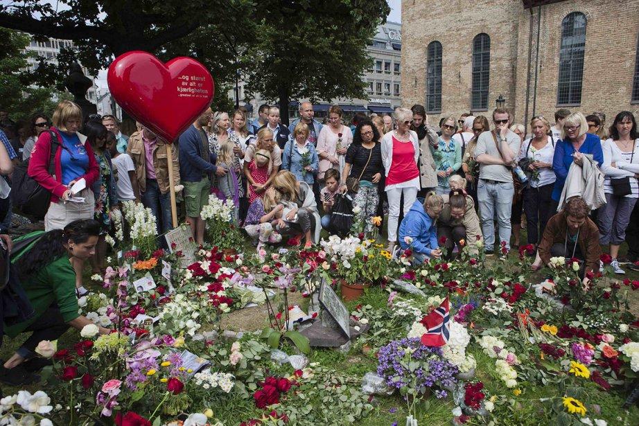 La Norvège s'est recueillie dimanche en mémoire des 77 personnes  tuées   il y a un an par Anders Behring Breivik, tout en réaffirmant son    attachement aux valeurs libérales abhorrées par l'extrémiste de  droite. | 22 juillet 2012