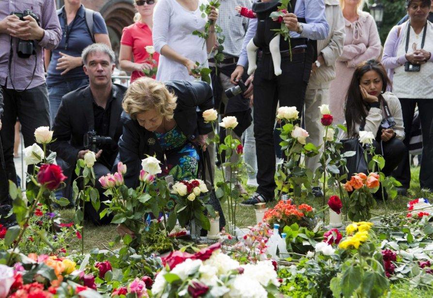 Des centaines de personnes sont venues fleurir le parvis d'une cathédrale d'Oslo, où le couple royal et l'élite politique ont aussi assisté en fin de matinée à une messe d'hommage aux victimes. | 22 juillet 2012