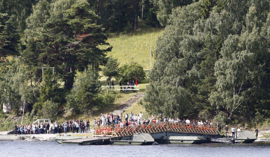 Les familles des victimes de la fusillade d'Utoeya se rassemblaient sur l'île pour célébrer les disparus. | 22 juillet 2012