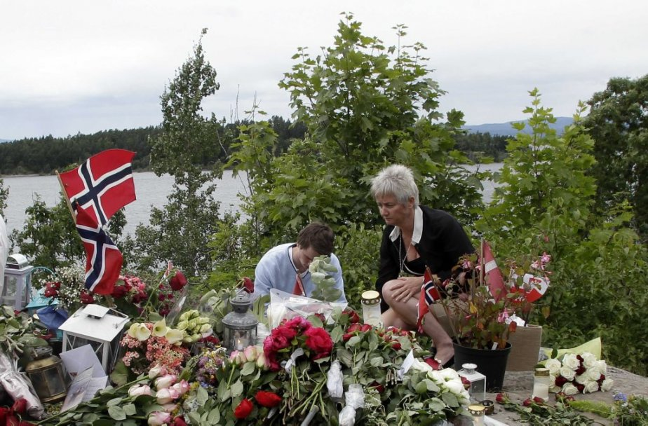 Des gens allument des chandelles en mémoire des victimes de Breivik. | 22 juillet 2012