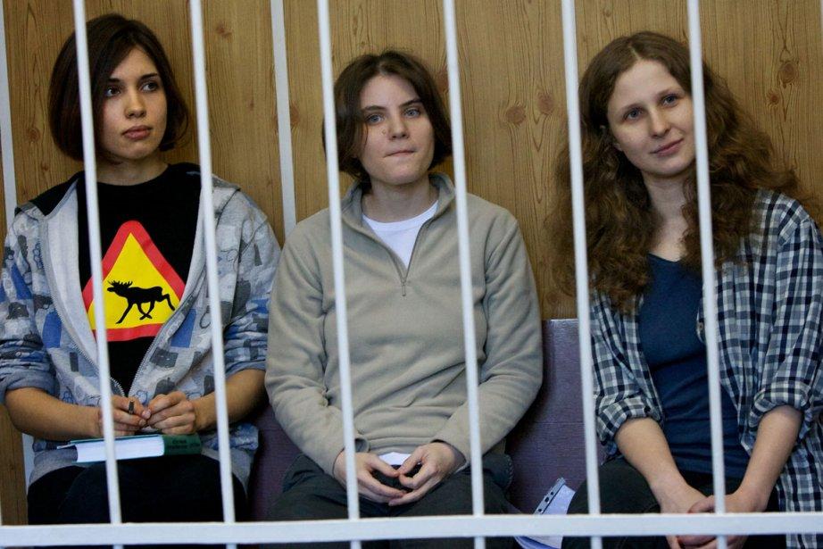Les Pussy Riot, Nadejda Tolokonnikova (gauche), 22 ans,... (PHOTO ALEXANDER ZEMLIANICHENKO, AP)