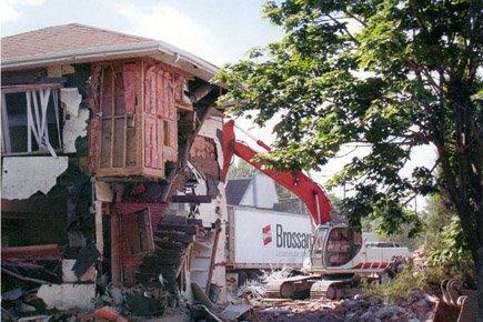 Une grue détruit l'ancien bunker des Hells Angels... (Photo fournie par le BLPC)