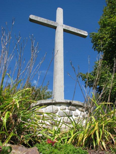 Croix de chemin de Saint-André-Avellin, sur la rue Saint-André, au coeur du village. Construite vers 1900. Elle est en ciment avec une écriture en haut de la croix. Construite par Théo Corbeil qui avait un magasin de matériaux de construction. | 27 juillet 2012