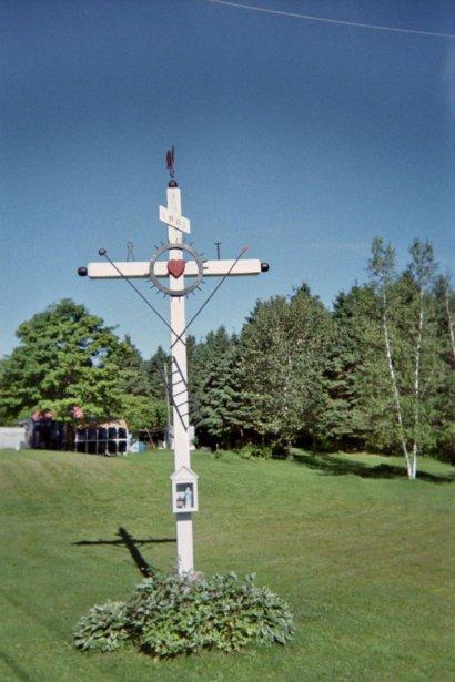 Crois de chemin de Plantagenet. Blanche, en bois, présentant plusieurs outils de la crucifixion. | 27 juillet 2012