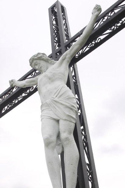 Croix du Parc de Plaisance, située sur la presqu'île, dans le parc national, à l'angle de la montée Chartrand. En fer forgé, représentant Jésus sur la croix. Il s'agit d'une des 27 croix citées monuments historiques au Québec. | 27 juillet 2012