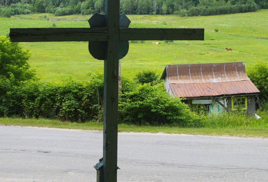 Croix de la Rouge, montée de la Rouge, à l'angle Saint-Hyacinthe. Et une autre sur la montée Saint-Charles, tout près de la 148, à Papineauville. Construite vers 1853. Elles sont toutes en bois et citées patrimoniales. Simples, on les surnommes les croix glorieuses. Elles sont peintes en bleu et blanc, les couleur de la Vierge Marie. L'écusson avec les fleurs de lys sur la croix de la Rouge a été installé en 1954, sûrement pour commémorer le 100e anniversaire de la croix. | 27 juillet 2012