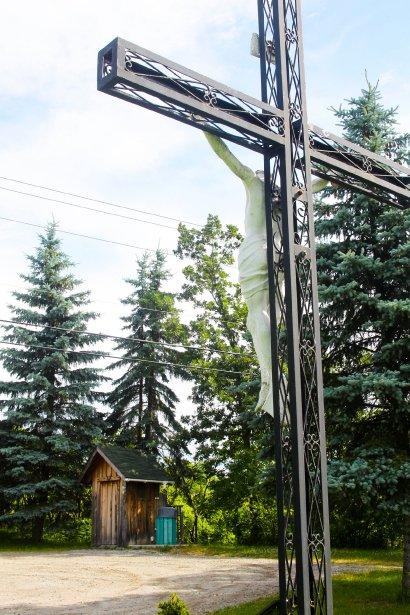 Croix de Lochaber, sur la 148, tout près de l'enseigne délimitant le canton. Il s'agit de l'ancienne croix de la montée Prud'homme. Elle a été installée à cet endroit en 2000. Elle est en fer forgé, avec Jésus sur la croix, sculpté dans le plâtre. | 27 juillet 2012