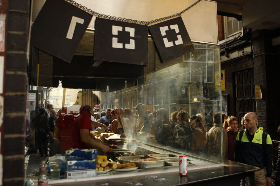 BBQ: La popularité du barbecue dominical du Café 1001 ne se dément pas. Si vous n?avez pas la patience d?attendre, allez à l?autre bout de Dray Walk. Vous y trouverez les sandwichs aux viandes rôties de Turner and Roast, à manger sur une table de pique-nique au milieu des ?uvres d?art urbain de Corbet Place. | 27 juillet 2012