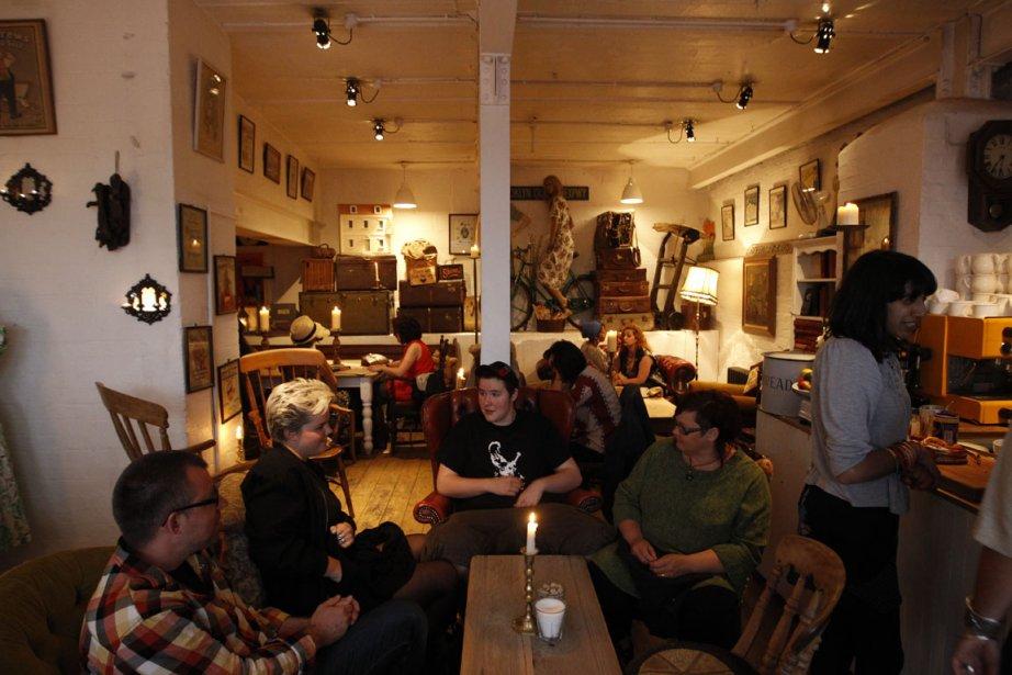 The Vintage Emporium and Coffee House: Mi-café, mi-brocante, l?établissement d?Oliver Stanion ferait un malheur dans le Mile_End. Grignoter un scone dans ce bric-à-brac hors du temps sur une musique de speakeasy est une expérience en soi. | 27 juillet 2012