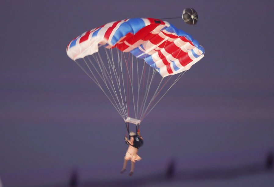 Une cascadeuse portant les vêtements de la reine Élisabeth II est arrivée en parachute | 27 juillet 2012