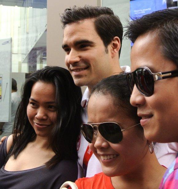 Alexandre Despatie posant avec des admirateurs au centre d'achat Westfield.... | 2012-07-28 00:00:00.000