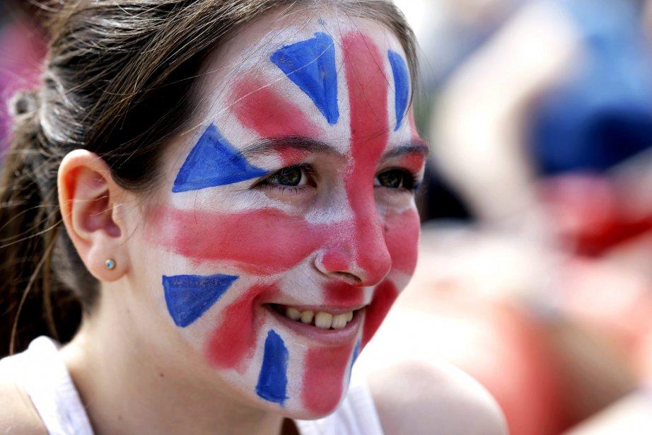 Une jeune amatrice s'est maquillée pour regarder un match de tennis sur un écran géant dans le parc olympique. | 30 juillet 2012
